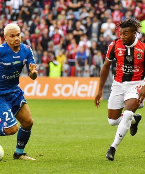 Strasbourg's French defender Kenny Lala (L) outruns Nice's French midfielder Allan Saint-Maximin during the French L1 football match between OGC Nice and RCS Strasbourg at the Alliance Riviera stadium in Nice on October 22, 2017. / AFP PHOTO / YANN COATSALIOU